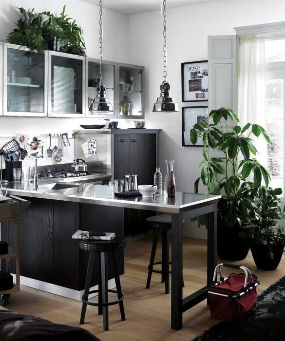 SCAVOLINI E DIESEL Risolve brillantemente la cucina aperta sul living, il tutto in poco spazio, questa composizione con penisola appartenente alla serie #Diesel Social Kitchen, Successful Living from @Diesel with @Scavolini Spa Spa scavolini.com #arredamento #design