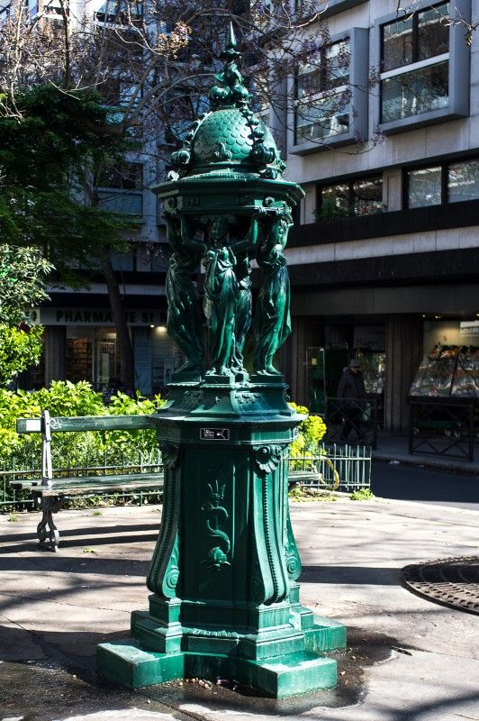 fontaine-wallace-place-abdelkader-paris Fontaines d'eau potables publiques, ont été implantées un peu partout dans le monde vers la fin du 19ème siècle sous l'initiative d'un philanthrope britannique pour éviter aux plus démunis de tomber dans l'ivrognerie. Mais, la Ville Lumière peut se vanter d'avoir été la première à les obtenir !