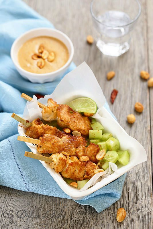 Brochettes de poulet sauce satay/Si vous avez déjà goûté à la cuisine thaïlandaise, vous connaissez sûrement ces brochettes de poulet sauce satay (ou saté) absolument irrésistibles. À l'instar des brochettes de poulet yakitori, japonaises, non seulement c'est ultra simple et rapide à faire mais c'est vraiment délicieux et connu du monde entier,/un dejeuner de soleil
