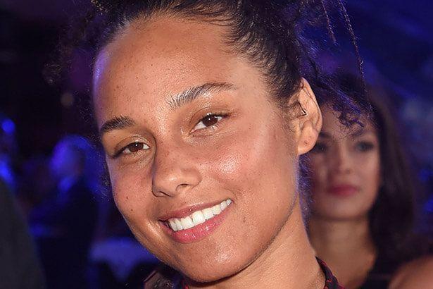 Imagem: Alicia Keys aparece sem maquiagem no VMA e rebate críticas
