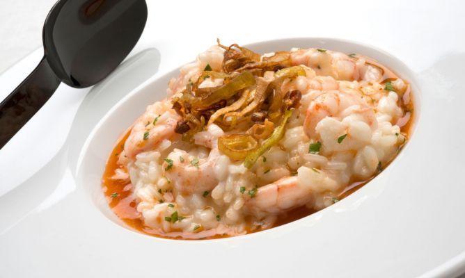 risotto de puerros y gambas Ingredientes (4 personas):      300 gr. de arroz para risotto PANZANI     250 gr. de gambas     3 puerros     2 dientes de ajo     75 gr. de queso parmesano rallado     agua     aceite de oliva virgen extra     sal     perejil