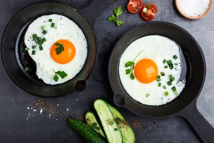 Jahrelang galten Eier als Cholesterin-Bomben und konnten nur noch beim Sonntagsfrühstück guten Gewissens genossen werden. Dabei sind sie perfekte Eiweißlieferanten. Doch wie viele Eier pro Woche sind nun gesund? Wir haben eine überraschende Antwort gefunden.