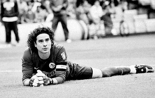 Guillermo Ochoa...tan hermoso y buenisimo portero y aparte era Aguila!Viva Mexico!❤
