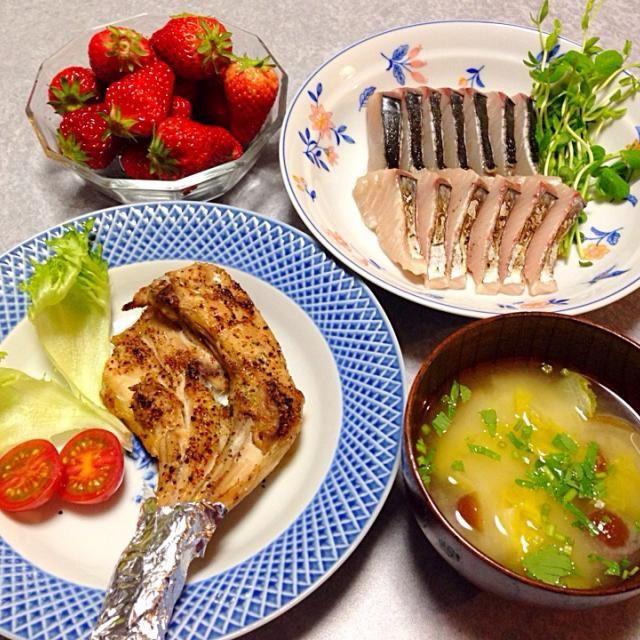 鳥の足、 鰆の炙り、 味噌汁、 イチゴ です。 - 26件のもぐもぐ - 鶏肉だの魚だの… by orieueki