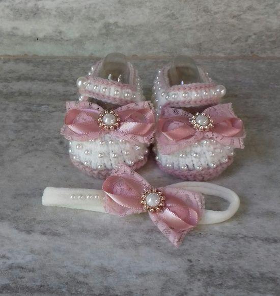 Sapatinho de Croche com Perolas feitas especialmente para você. Mais de 2.264 Sapatinho de Croche com Perolas: sandalia em croche para bebe, sapatinho com perolas, saida de maternidade, vestido de bebe de croche, sapatinho em croche para bebe