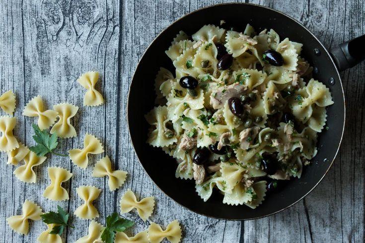 Φαρφάλες με τόνο, ελιές και κάπαρη από τον Άκη Πετρετζίκη. Συνταγή για φαρφάλες γρήγορες, εύκολες & πεντανόστιμες.Συνοδεύστε με ψιλοκομμένα μαιντανό και έτοιμο.