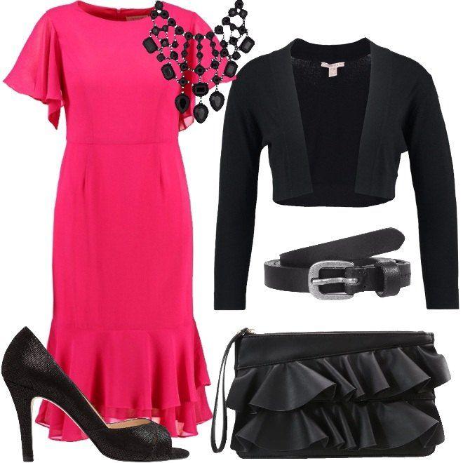 Splendidi contrasti di colore per un look elegante, ma di forte impatto. Il vestito rosa shocking al ginocchio, arricchito da volants nelle maniche e nell'orlo inferiore è abbinato al bolerino nero, corto e senza bottoni. La cintura sottile sottolinea il punto vita. Completano la collana di metallo nero, le décolleté in pelle spuntate e la pochette, che riprende l'effetto volants del vestito.