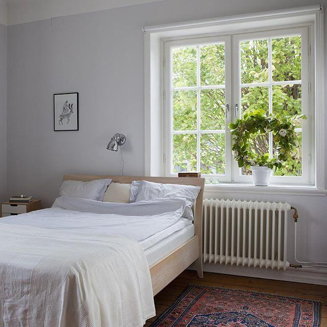 Med en förnimmelse av #engelska #kvarter och en skiftande #bebyggelse med #vackra, låga #hus från tidigare delen av 1900-talet, är stämningen på #sanktknut helt underbar. Här bjuder vi in till en #gavelvåning med vackert #ljus från tre väderstreck - fantastisk #utsikt genom #spröjsade #fönster! #Sobra färgval och vackra #golv ger en spröd #elegans till #detaljerna från sent 1910-tal. En #välplanerad #våning med perfekt #läge på #husets #gavel! 2 rok om 56 kvm på #Spånehusvägen 46D…