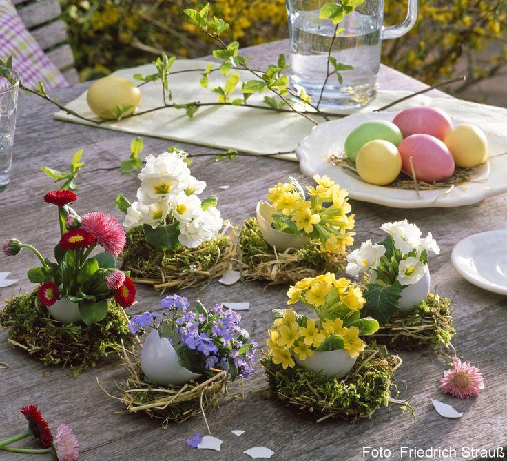 Terrassentisch mit Oasterdeko: Eierschalen als Vasen für kleine Fruehlingsblueher