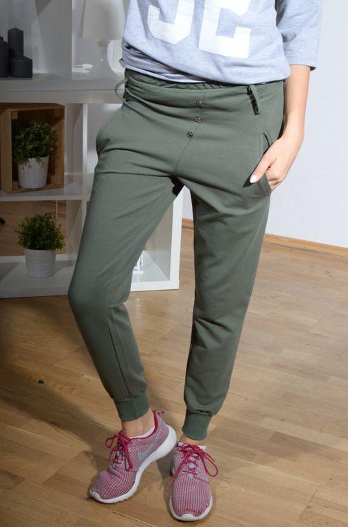 Elastyczne spodnie z materiału dresowego z ściągaczami i kieszeniami wzbogaconymi o ozdobne guziczki. Oryginalnie zapakowane z kompletem metek wykonane z najlepszych materiałów. Modny design i niepowtarzalny wygląd, doskonałe do licznych stylizacji na każdą okazję.