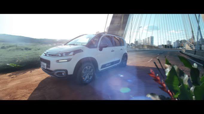 """A Citroën do Brasil lançou, 1º de abril, uma campanha criativa e completa para promover o Novo Citroën AIRCROSS. Focada no lado aventureiro e versátil deste SUV compacto com """"DNA de cidade e de estrada"""", a ação publicitária une on-line, off-line e mídias sociais sob o mote """"Aventure-se"""". Desenvolvida pela agência Havas, a peça principal é o filme para TV. No entanto, sua versão on-line, é totalmente interativa e integra diferentes plataformas digitais, como Instagram, Spotify, Youtube e um…"""