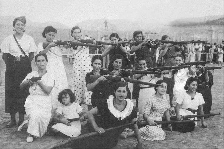 Grupo de mujeres quizás en el patio del cuartel de la Montaña (Madrid). Guerra Civil Española.