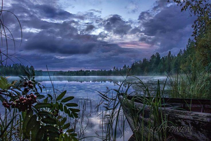 """Ihmiset tuppaavat valittamaan vähän liikaakin Suomen säätä ja ankean väristä talvea. Todellisuudessa meidän luontomme on kuitenkin äärimmäisen kaunis, jos sen äärelle malttaa vain pysähtyä.  Suomalainen valokuvaaja Asko Kuittinen ottaa kuvia, joiden tunnelmaa on vaikea kertoa sanoin. Hän itse kuvailee luomuksiaan seuraavasti: """"Kuvaan suomalaista kaunista maisemaa, jossa pääteemana taitaa olla tuo aurinko.""""  Tässä kuva suomen kesästä, joka paljastaa, miten upea Suomen luonto on."""