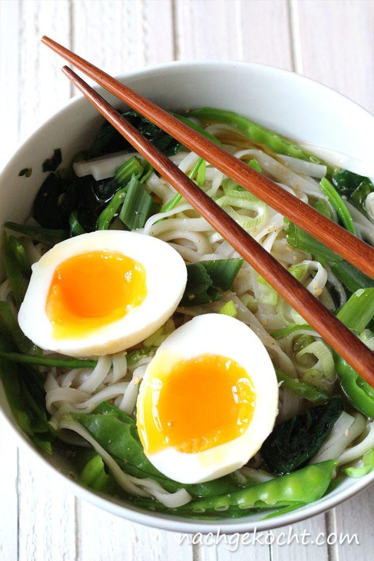 Udon Nudel Suppe mit Ei, Spinat und Zuckererbsen