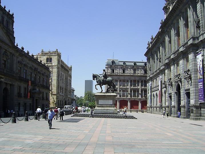 Plaza: Espacio abierto rodeado de edificación que resulta del ensanchamiento de una calle.