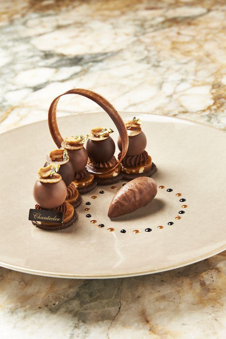 """Ce dessert gourmand, proposé au restaurant du Negresco, le Chantecler (deux étoiles au guide Michelin), s'intitule """"Gourmandise au caramel beurre salé et cacahuètes, crémeux Araguani et mousse lactée"""". Un délice de raffinement !"""