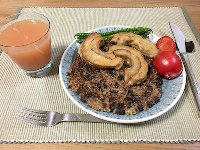 ペルー料理のタクタクです。ペルーの言葉で「混ぜまぜ」という意味だそうです。煮豆にご飯を混ぜてお好み焼きのように焼きます。固めるために片栗粉を一緒に混ぜてます