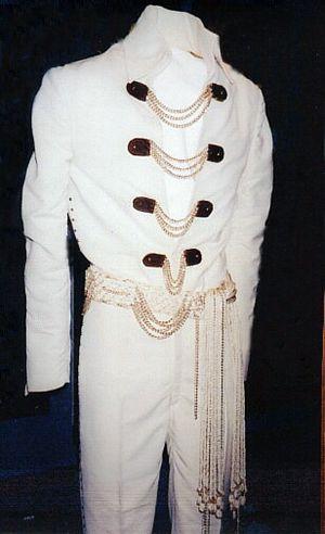 """chaîne Blanc Jumpsuit Elvis portait lors de ses spectacles à Las Vegas 1970 (montrée dans le film documentaire """"Voilà The Way It Is""""."""