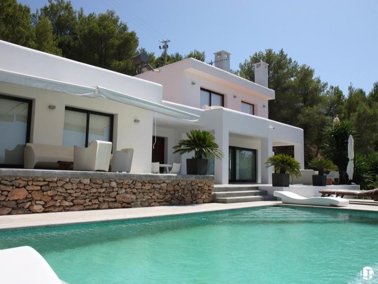 Villa en venta en Cala Vadella, en un entorno verde y con vistas panorámicas del mar Mediterráneo y del paisaje de Ibiza