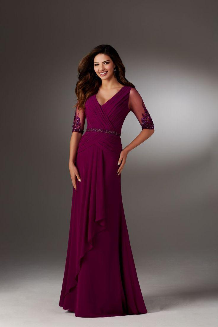 Wieczorowa suknia Mori Lee dla mam z szyfonu, rękaw 3/4. Elegancka suknia z szyfonu, asymetryczne drapowania wokół biustu, powiększają go, …