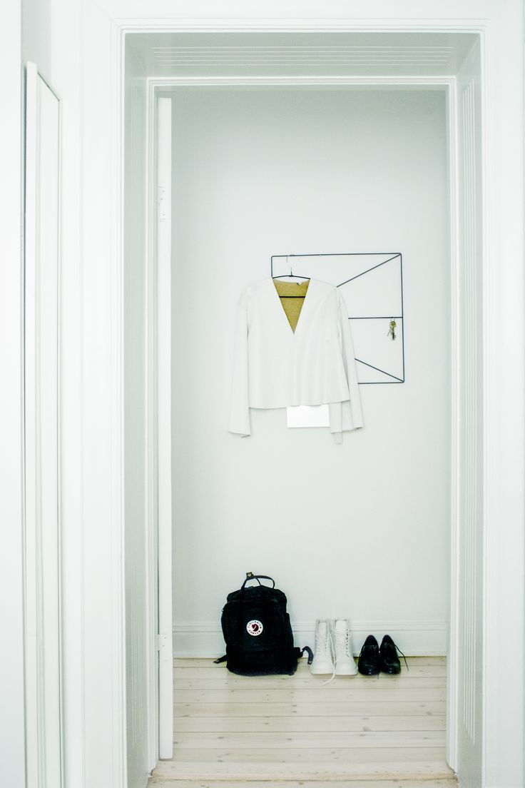 Rainy day in Sthlm | Hall of a Stockholm City Apartment | Wallment Arrow Grid | Black Fjällräven Kånken | &OtherStories shirt and shoes