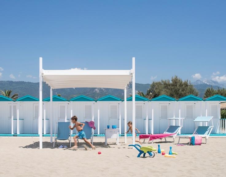 Pergole retractabile Gibus, modele pergole Fly pentru plaja litoral. Foto copii care alearga si Fly.