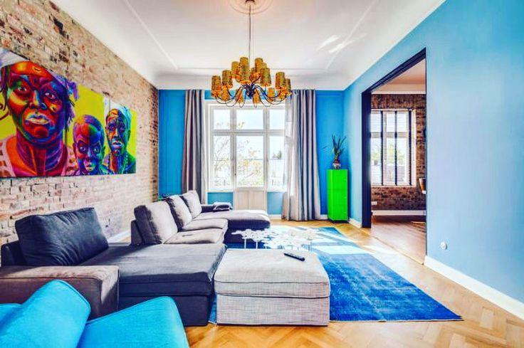 Achtung es wird BUNT! Farbige Einrichtung und Kontraste wie bei diesem Jugendstil-Villa in Hamburg ist immer ein Hingucker 😱 -  #realestate #makler #properties #homesearch #immobilliensuche #zuhausegesucht #zuhauseistesamschönsten #immobilienmakler #immowelt #eineweltvollerzuhause #hamburg #whiteaddict #luxus #luxury #alster #jugendstil #clean #immobilien #nature #architecture #building #livingroom #interiordesign #interiorinspiration #perspective #instagood #design #art #architecturelovers