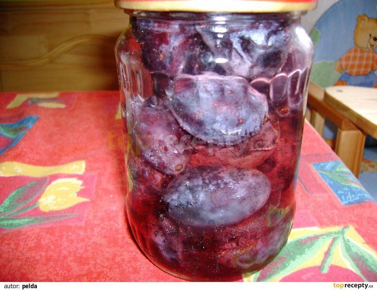 Švestky narovnáme do sklenic těsně vedle sebe buď rozpůlené, nebo celé. Zalijeme je teplým cukerným roztokem, uzavřeme a ihned sterilujeme -...