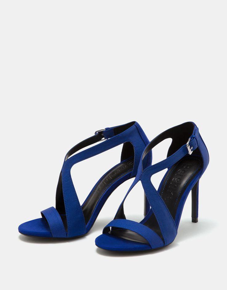 L2017 https://www.bershka.com/pl/kobieta/buty/sandaly-na-obcasie/sandały-na-cienkim-obcasie-ze-skrzyżowanymi-paskami-c1010193198p101096099.html?colorId=010