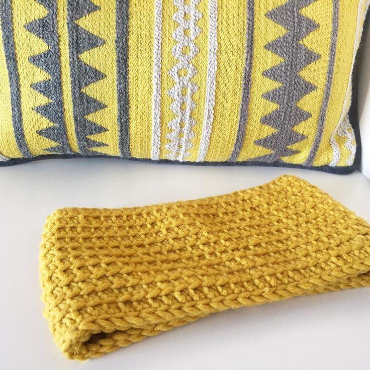 A fast and easy project for a last minute gift: simple crocheted cowl (although I must confess that I made this one for me ! I just couldn't resist anymore to this color!) Do you like it? ...................................................... Un proyecto fácil y rápido para hacer un regalito de última hora: un cuello sencillo de ganchillo (aunque confieso que este me lo he hecho para mí ! Tenía unas ganas locas de hacerme un cuello de este color y no he podido resistirme más!) Os g...