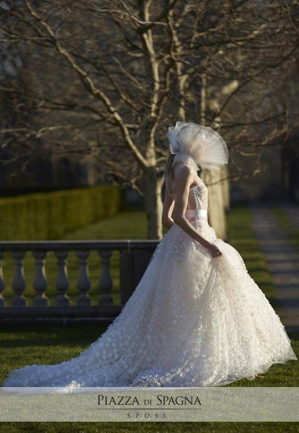 Fiabeschi e teatrali, gli abiti da sposa Vera Wang sono un'esplosione di grazia e creatività.  Scopri la meravigliosa collezione 2017 su http://www.piazzadispagnasposi.it/collezioni/sposa/vera-wang-sposa-2017/