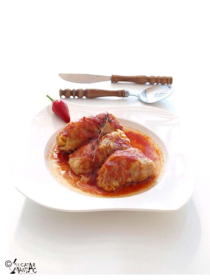 sarmale cu varza dulce  Ingrediente 1 kg de carne toacata de porc sau amestec porc+vita 1 varza mare 1 legatura generoasa de marar aprox 10 bete de marar uscate sau proaspete 4-5 lingurite de boia dulce de buna calitate 1/2 lingurita piper negru macinat 2-3 cepe de marime medie jumatate de cana de orez basmati (sau de care aveti) o crenguta de cimbru sau/si cimbru macinat 300 ml bulion optional 3-4 bucatele de afumatura de orice fel
