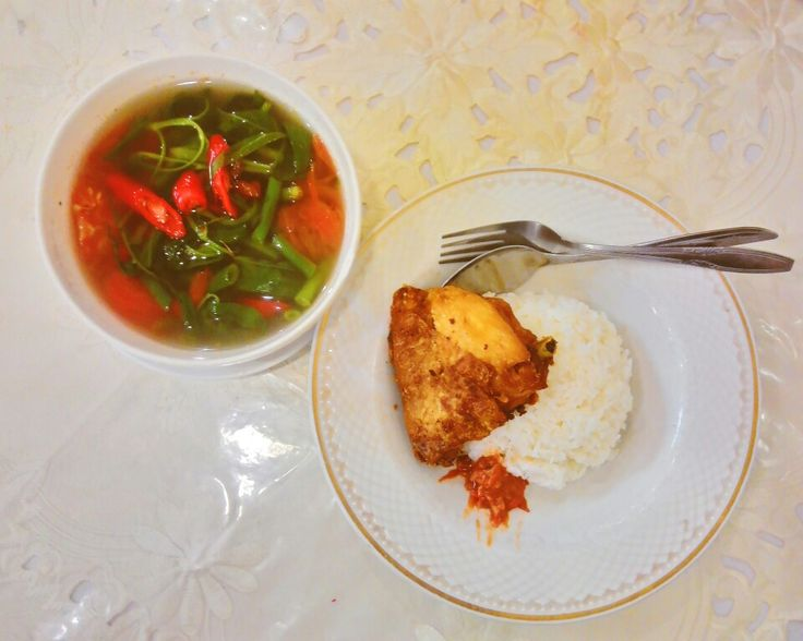 Nasi ayam goreng dan sayur asam