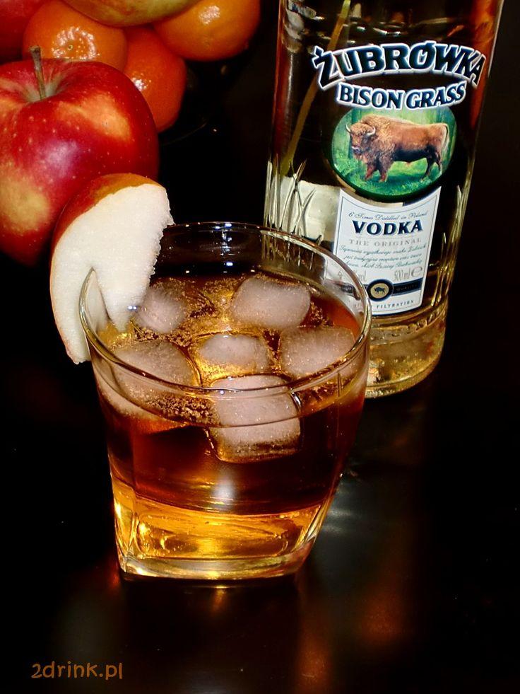 Szarlotka czyli żubrówka z sokiem jabłkowym – prosty drink, który często gości na polskich imprezach.
