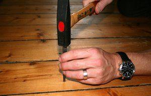 Hvis du har et knirkende plankegulv, der er sømmet fra oven, kan du tage en hammer og en dyknagle og forsøge at sømme gulvet bedre fast.