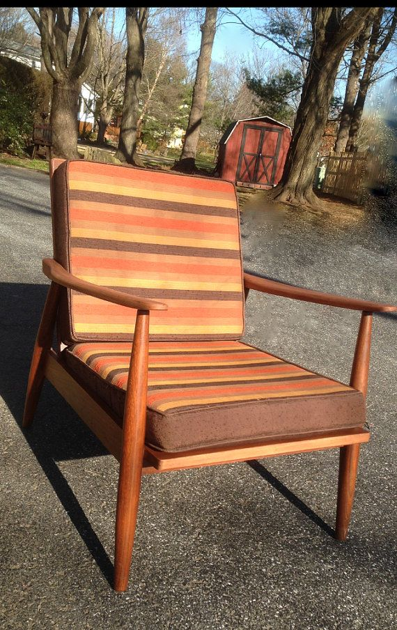 Mid century modern danish mid low lounge chair by Paoli Furniture. The rubber straps by Rotex, made in Denmark Measurements: overall 31.5