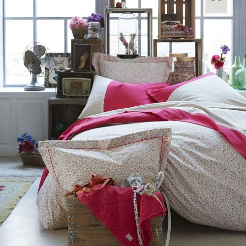 #chambre #lit #drap #housse #couette #motifs #petits #fleuris #rose #blanc
