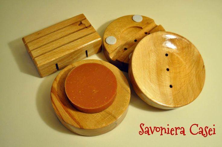 Savoniera Casei fara propriile savoniere nici ca se putea... Asadar, din lemn de fag uscat, tratate cu ulei de in pe toate fetele si cu lac rezistent la apa, arata minunat in combinatie cu sapunul natural.