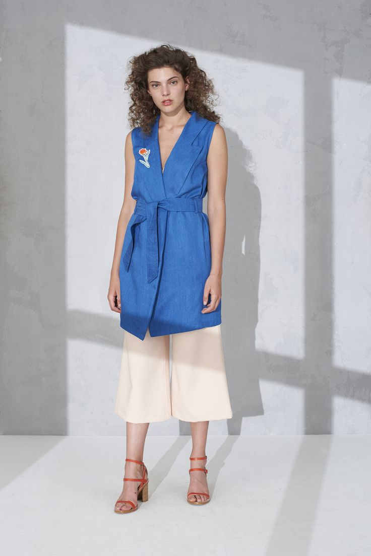 Sleeveless trench dress with badge detail and cropped pants