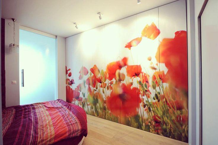 Mamy nadzieję że święta spędziliście w rodzinnej atmosferze. Ostatnio bardzo modna stała się szafa z fototapetą. Zabudowa ze zdjęciem maki cieszy się największą popularnością wśród naszych klientów. #szafa #wardrobe #zabudowa #maki #fototapeta #grafika #popular #instasize #photooftheday #szafy #nawymiar #warszawa #warsaw #polska #biel #white #meble #furniture #nowemieszkanie #room