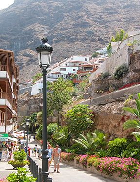Shopping and facilities in the area of Playa de la Arena, Los Gigantes