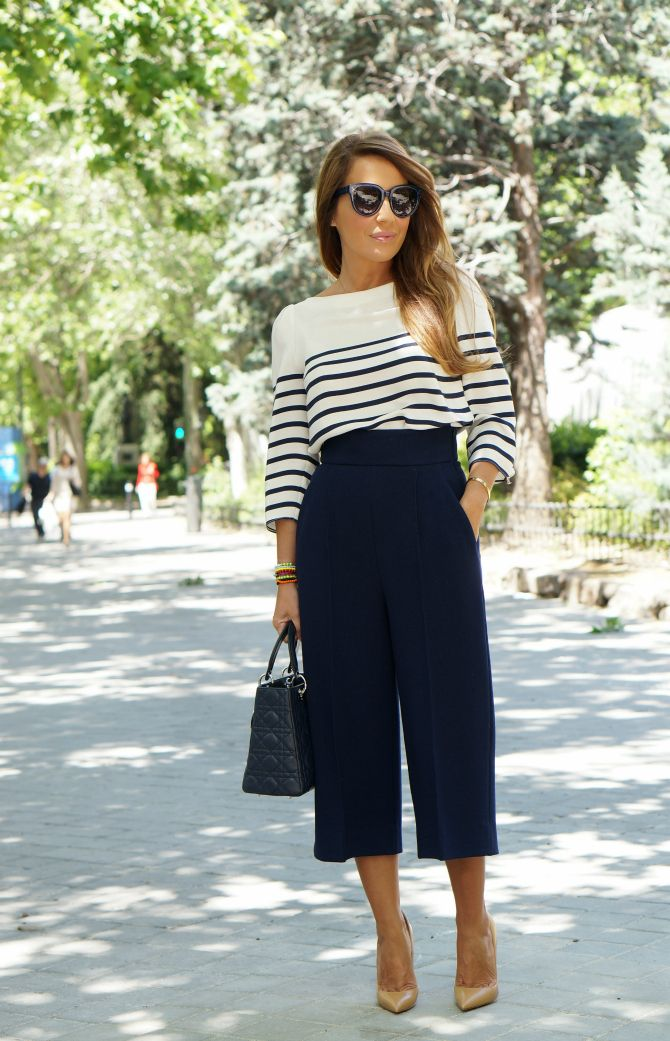 CON DOS TACONES: blue and white stripes, blue pants, nude shoes