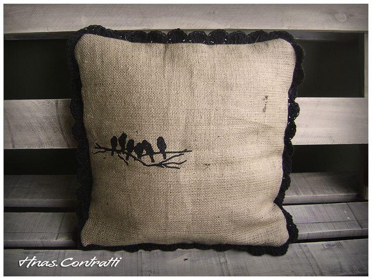 funda de arpillera, estampada artesanalmente con volado tejido en crochet