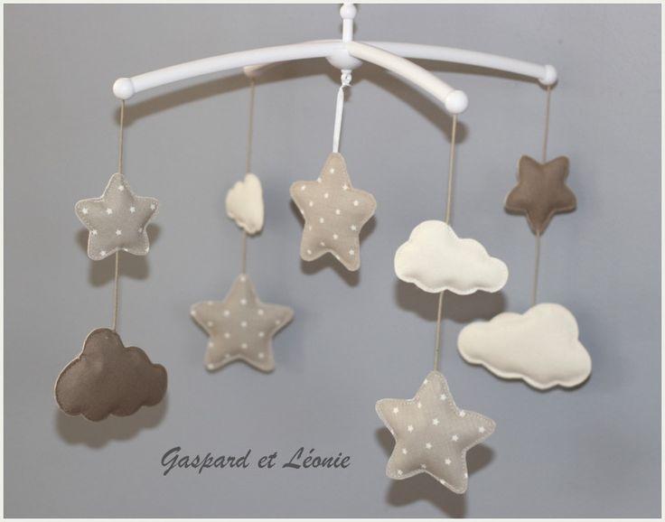 Mobile musical et ses nuages et étoiles taupe, beige et crème