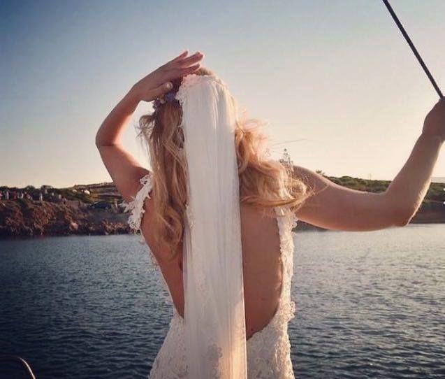 """Ρομαντικά νυφικά δαντέλα με ανοικτή πλάτη : """"d.sign by Dimitris Katselis"""" Real bride . Νυφικό από δαντέλα κυπούρ με έμφαση στην πολύ ανοικτή πλάτη"""