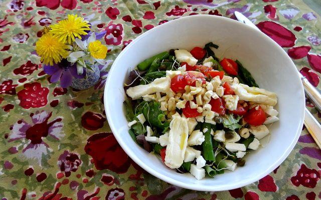 Salade aux deux fromages Féta, fromage de chèvre, noix de cajou, pousses d'alfalfa