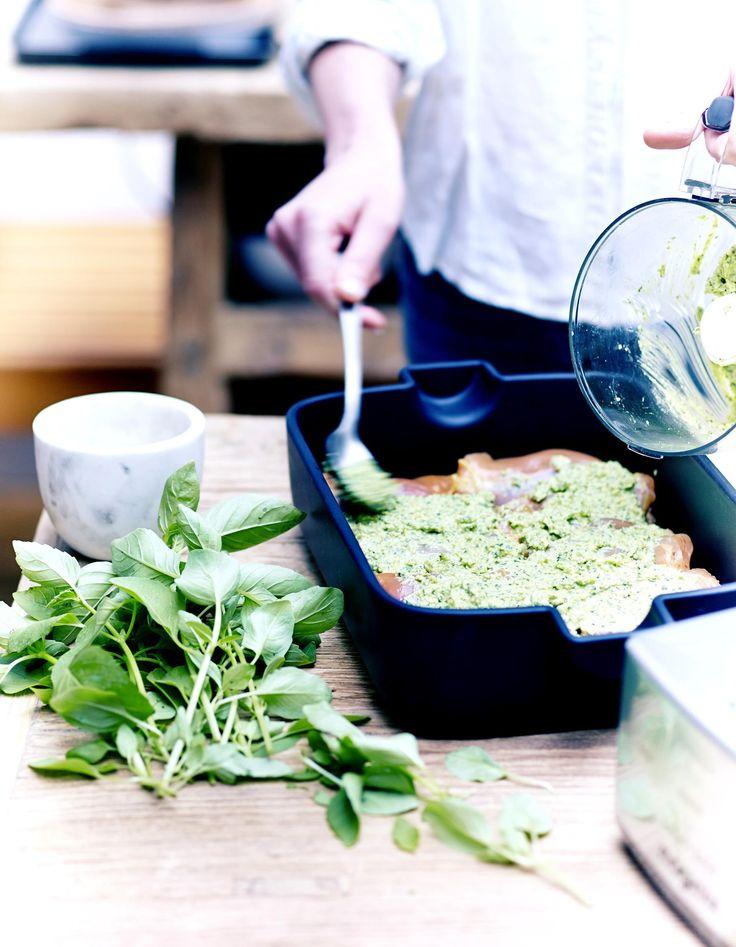 Recette Poulet au pesto : Allumez le four sur th. 6-7/200°.Retirez la peau et le gras des hauts de cuisses de poulet. Dans le bol du mini-robot, mettez les feu...