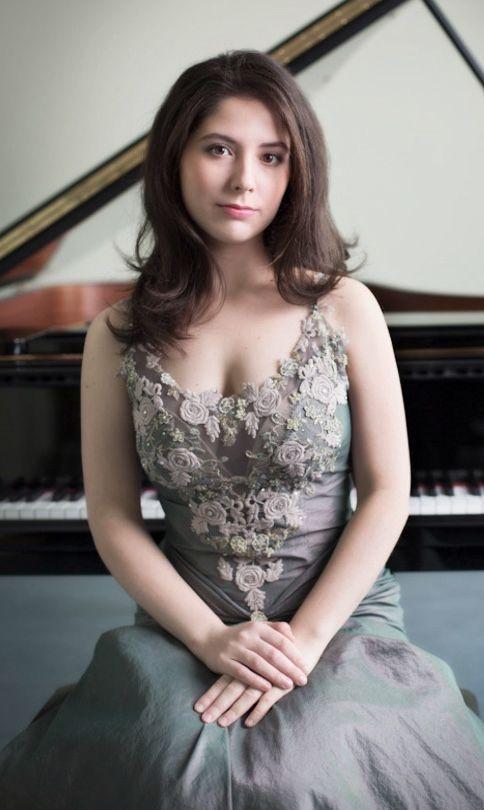 """Alina BERCU   Pianistă   """"Cred în talent şi în inspiraţie artistică, dar definitorie este disciplina de zi cu zi"""""""