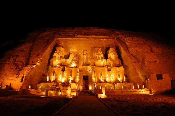 Abu Simbel foi construído por ordem do faraó Ramsés II em homenagem a si próprio e à sua esposa preferida Nefertari. O Grande templo de Abu Simbel é um dos mais bem conservados de todo o Egipto. Abul-Simbel é um complexo arqueológico constituído por dois grandes templos escavados na rocha, situados no sul do Egipto, no banco ocidental do rio Nilo perto da fronteira com o Sudão.