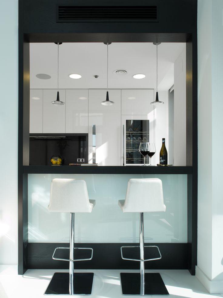 Molina Interiors // arquitectura interior - interiorismo - cocina - abierto - comedor - barra - taburetes - decoración